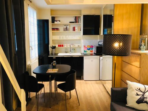 A kitchen or kitchenette at Le Petit Neptune