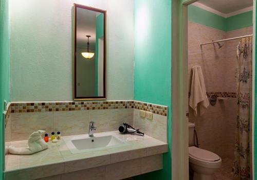 A bathroom at BR& El Ceramista