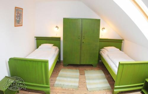 A bed or beds in a room at Őrszem Fogadó