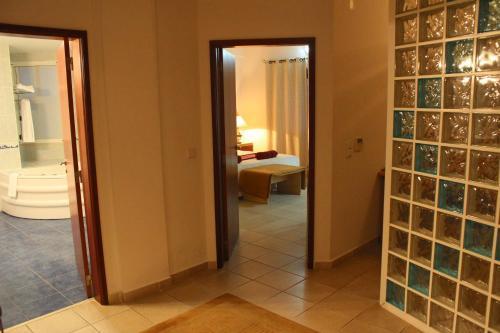 A bathroom at Hotel Quinta das Pratas