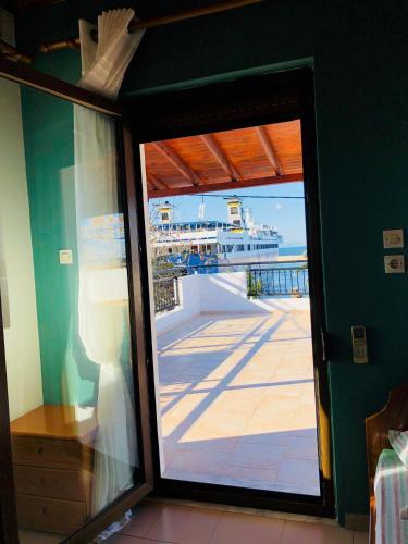 O vedere a piscinei de la sau din apropiere de Porto Kirkos