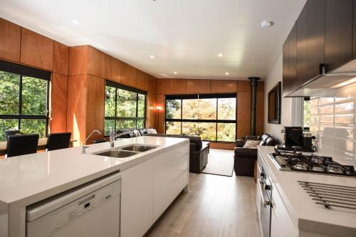 A kitchen or kitchenette at Springbrook25 Upper Apartment