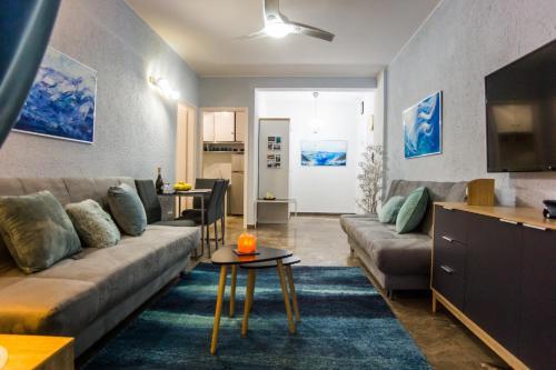 Uma área de estar em Waves apartment near airport