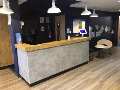 The lobby or reception area at Ibis Budget Portsmouth