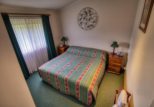 A bed or beds in a room at Cottages on Lovedale