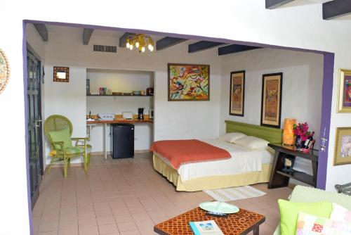A bed or beds in a room at Villa Bougainvillea Aruba