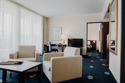 Ein Sitzbereich in der Unterkunft Hotel Vier Jahreszeiten Starnberg