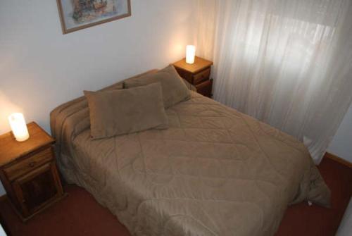 Una cama o camas en una habitación de Neuquén Center Apartamentos
