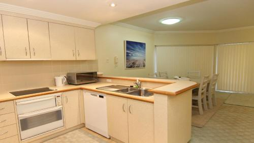 A kitchen or kitchenette at Whitesands G2 - Main Beach Location
