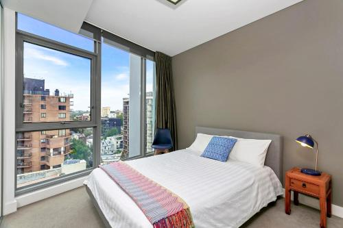 A bed or beds in a room at Vibrant City Apartment - SHIL2