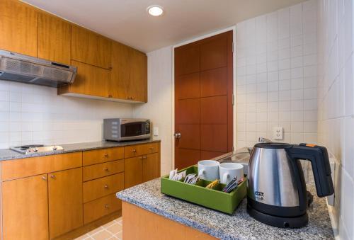 Een keuken of kitchenette bij Chatrium Residence Sathon Bangkok