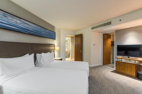 Een bed of bedden in een kamer bij Chatrium Residence Sathon Bangkok
