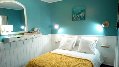 A bed or beds in a room at Gîtes ruraux et maison d'hôtes Saint Michel