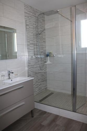 A bathroom at B&B L'Oustalet de Sylvie