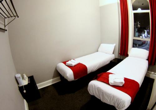 A bed or beds in a room at Fairmount Hotel