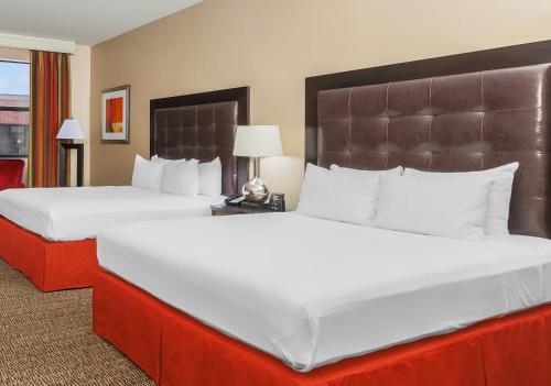 Кровать или кровати в номере Hilton Promenade Branson Landing