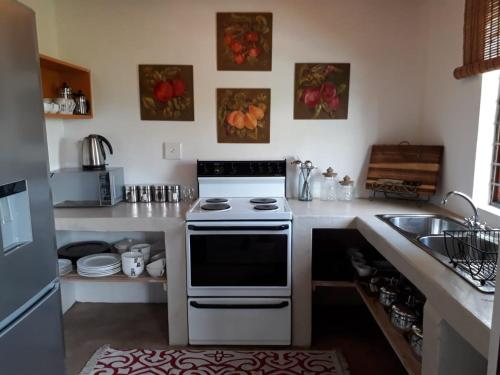 A kitchen or kitchenette at Calluna Vines Cottage