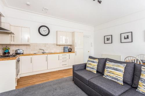 A kitchen or kitchenette at Town Centre Luxury Apartment
