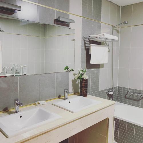 A bathroom at Hotel Le Petit Bateau