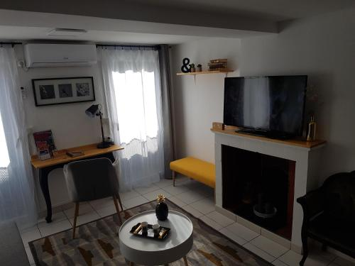 A television and/or entertainment centre at Appartement Saint-Sauveur