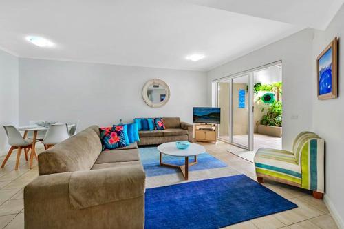 A seating area at Iluka Retreat Apartments @ Palm Beach