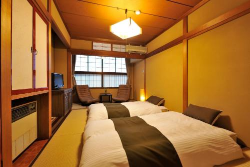 เตียงในห้องที่ โฮดะคะโซ ยามะโนะ อิโอริ