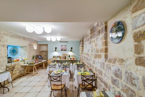 A restaurant or other place to eat at Hotel Palm - Astotel