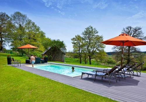 Het zwembad bij of vlak bij Freyssanges