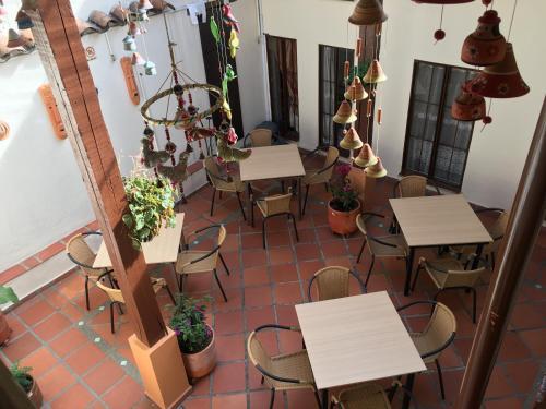 Un restaurante o sitio para comer en Hostal La Candelaria