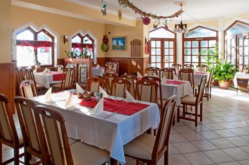 A restaurant or other place to eat at Alpokalja Panzió Étterem