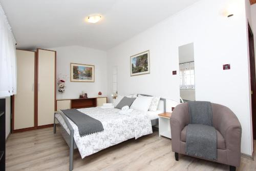 A bed or beds in a room at Rooms and Apartments Matosevic