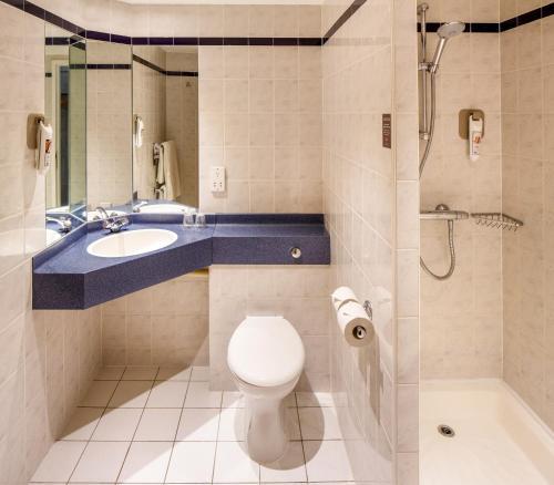 A bathroom at ibis Chesterfield North - Barlborough