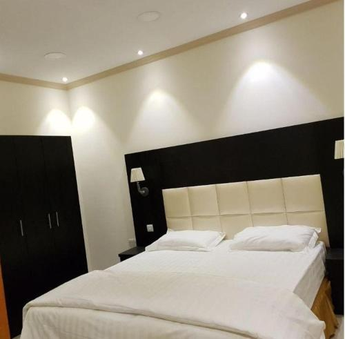 A bed or beds in a room at Roh Al Aseelah Furnished Units
