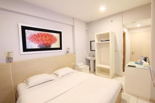 A bed or beds in a room at Myrooms Bekasi