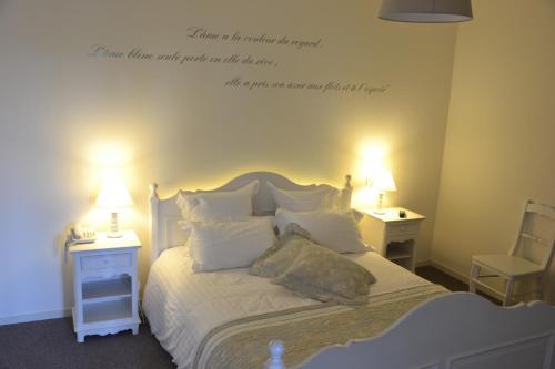 A bed or beds in a room at Hotel La Villa Julia