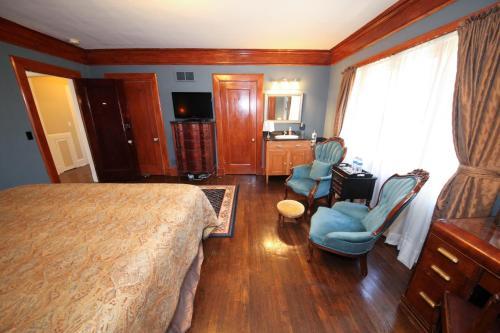 A seating area at Leonard at Logan House