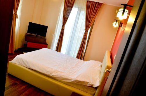 Un pat sau paturi într-o cameră la Arlequin Apartments