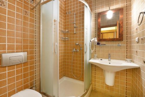 A bathroom at Cirali Hotel Odile