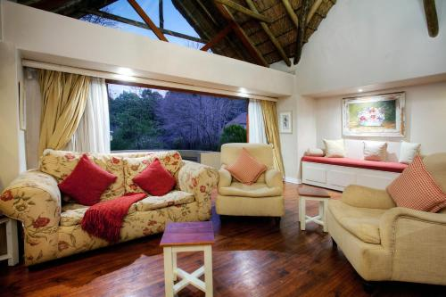 A seating area at Hogsback Arminel Hotel