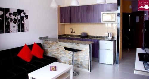 Een keuken of kitchenette bij Apartamentos las Dunas