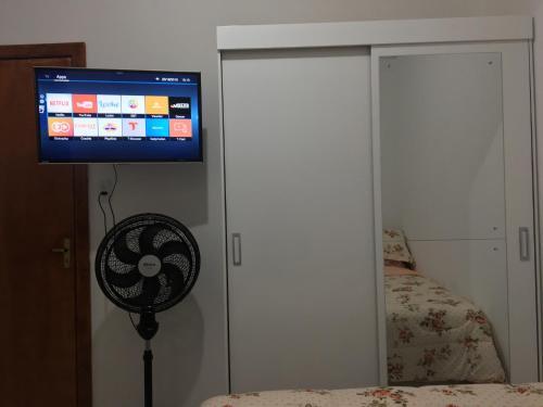 A television and/or entertainment centre at Próximo à PUC/UFRGS, Internet e Ar-Condicionado