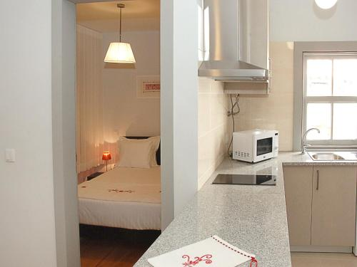 A kitchen or kitchenette at Guest House Vimaranes