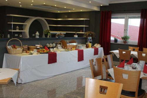 Ein Restaurant oder anderes Speiselokal in der Unterkunft Heppenheimer Hof Hotel