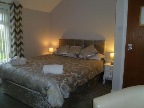A bed or beds in a room at Greenlaw Guest House