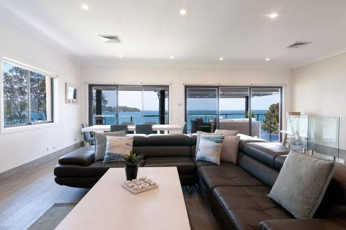 A seating area at Lake Front Home Arcadia Vale - 6 BDR - Pool & Jetty