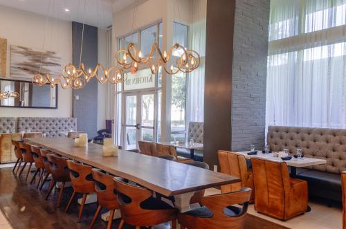 A restaurant or other place to eat at TRYP by Wyndham Savannah