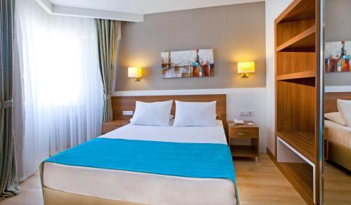 Een bed of bedden in een kamer bij Grand Park Lara Hotel