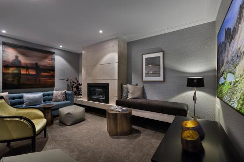 A seating area at Sofitel Queenstown Hotel & Spa