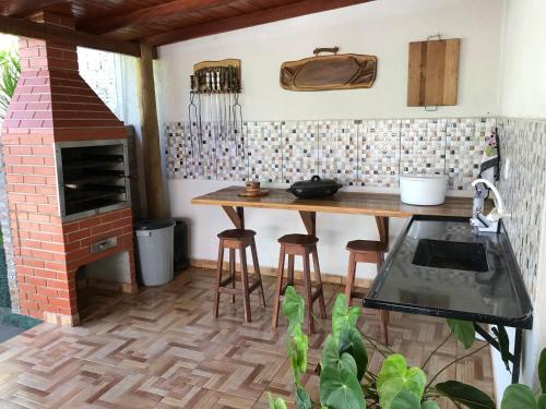 A kitchen or kitchenette at Casa Santana do Paraíso