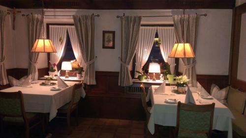 Ein Restaurant oder anderes Speiselokal in der Unterkunft Gasthaus Zur Erle